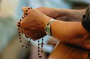 hands_praying_rosary_7_as_m2 (1)