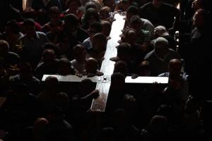 Толпа несет крест | www.mavibu.ru
